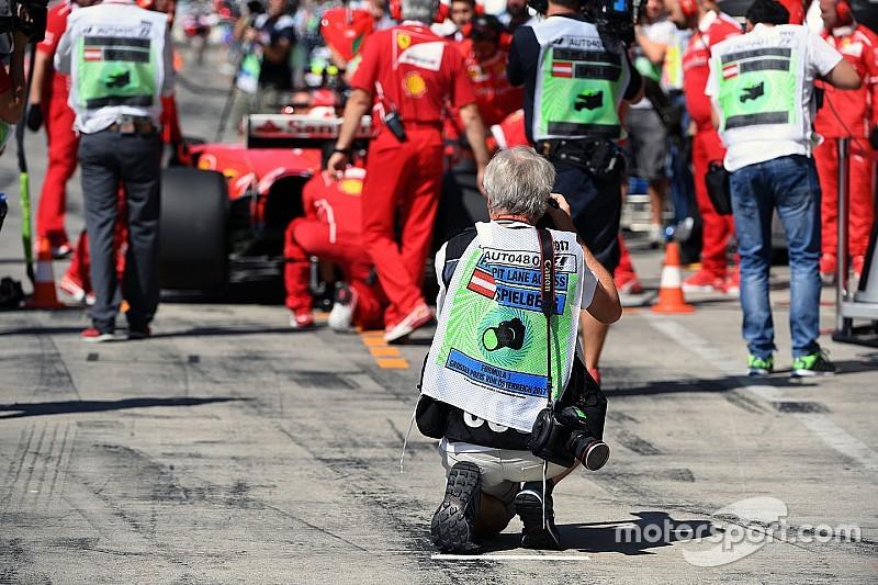 Räikkönen tuvo que esquivar un fotógrafo en el pitlane