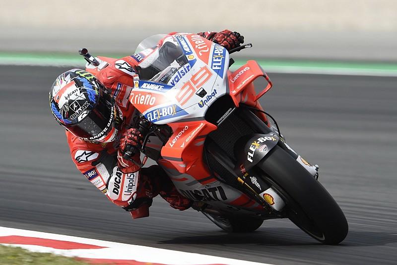 Lorenzo fue el mejor del viernes en Barcelona y Márquez tuvo una caída