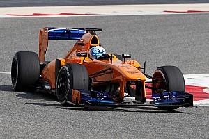 Alonso si diverte con la NASCAR, ma i tempi di Jimmie Johnson sulla McLaren F1 lo impressionano
