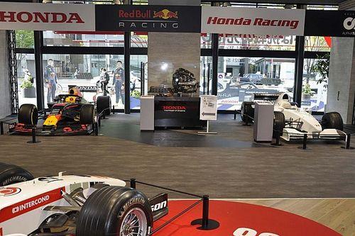 """ホンダ青山でF1マシン5台が展示中。""""フェルスタッペン親子""""の繋がりを感じるRA099+RB16"""