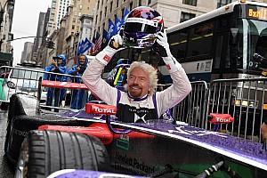 Формула E Новость Ричард Брэнсон сел за руль машины Формулы Е