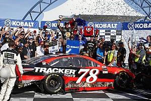 Monster Energy NASCAR Cup Yarış raporu Dramatik son turun ardından Truex Las Vegas'ta zaferin sahibi