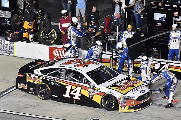 VIDEO: Ambulancia bloquea los pits a pilotos de NASCAR