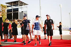 Kvyat sisakfestéssel fricskázza Vettelt