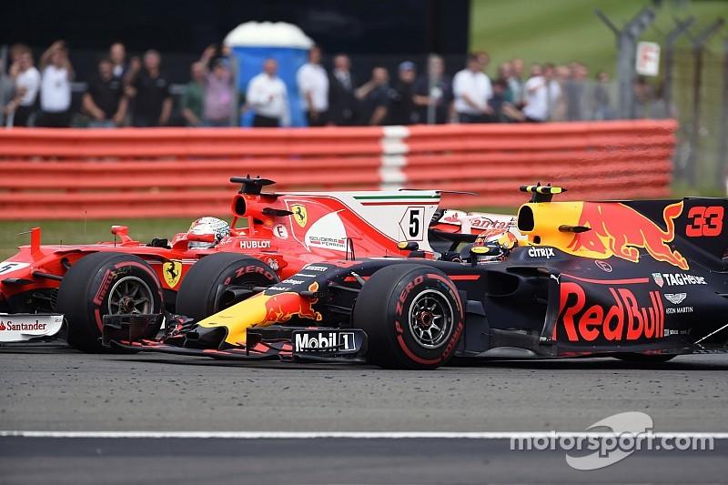 Red Bull: il marciapiede arcuato che flette è geniale o è una furbata?