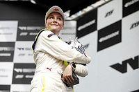 Félmeztelen képeket kértek egy indys szezonért a versenyzőnőtől