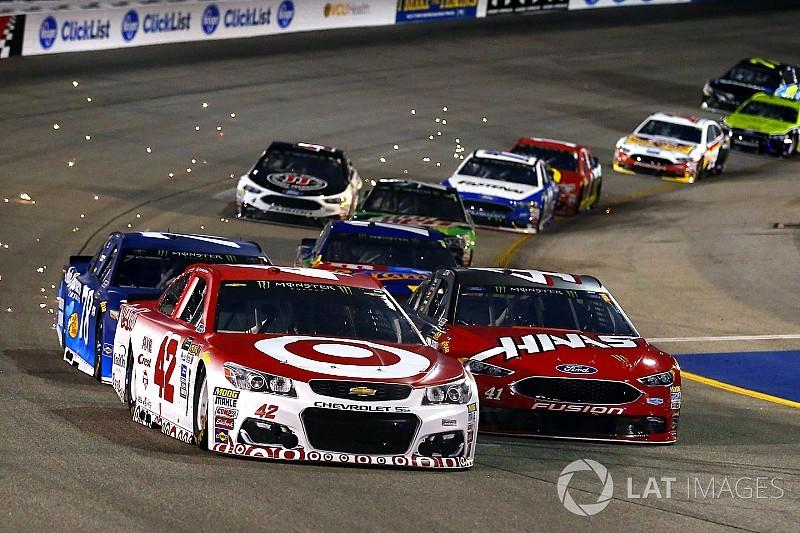 Ларсон выиграл последнюю гонку регулярного сезона NASCAR
