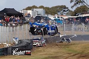 Egyéb autósport Motorsport.com hírek Hajmeresztő baleset a Supercarsban: 260-nal szállt el