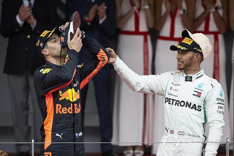 """Hamilton acha que mundial de 2018 será """"luta a três"""""""