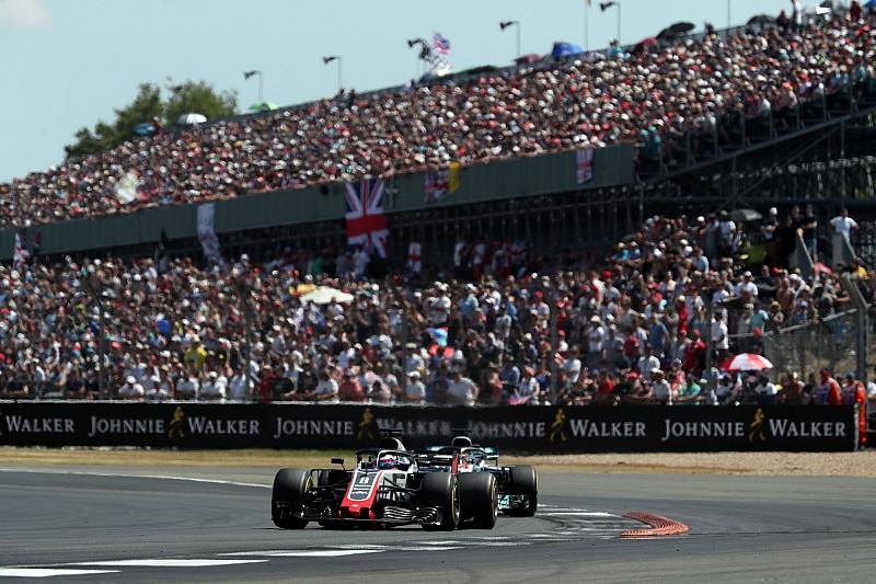 Így zúzta le Grosjean a saját csapattársát a Brit Nagydíjon: videó