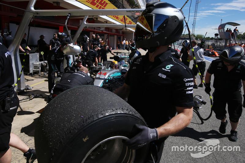 Механик Mercedes с колесом