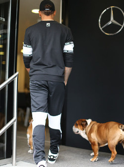 Lewis Hamilton, Mercedes AMG F1 W08 con sus perros Coco y Roscoe