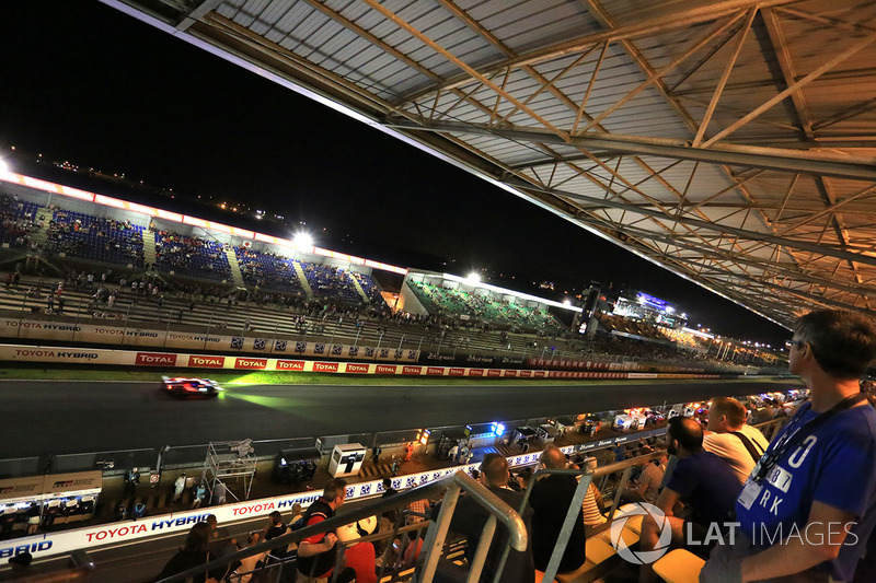 Fans auf der Tribüne in Le Mans bei Nacht