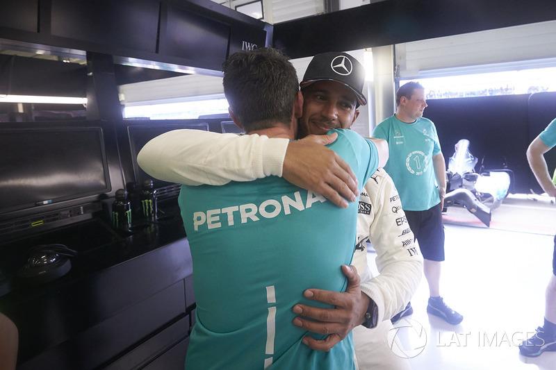 Ganador de la carrera Lewis Hamilton, Mercedes AMG F1, celebra con su equipo después de ganar la car