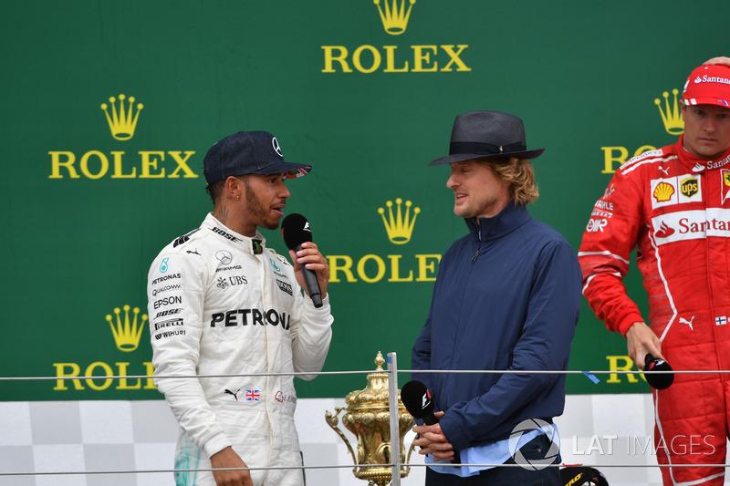 Lewis Hamilton, Mercedes AMG F1 y Owen Wilson, en el podio