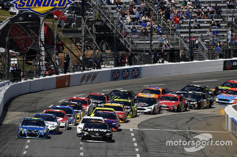 Restart: Martin Truex Jr., Furniture Row Racing Toyota, Denny Hamlin, Joe Gibbs Racing Toyota, Jimmie Johnson, Hendrick Motorsports Chevrolet