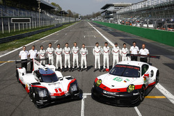 Porsche Team miembros del equipo con el Porsche 919 Hybrid y Porsche 911 RSR