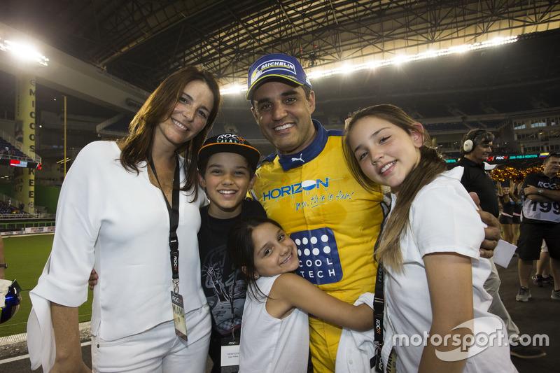 Campeón de campeones Juan Pablo Montoya, celebra con su familia
