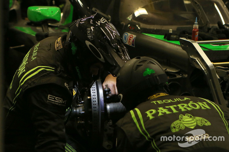 Techneuten werken aan de auto van #22 Tequila Patron ESM Nissan DPi: Ed Brown, Johannes van Overbeek, Bruno Senna, Brendon Hartley