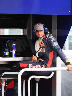Carlos Sainz Jr., Scuderia Toro Rosso sur le muret des stands après son problème mécanique