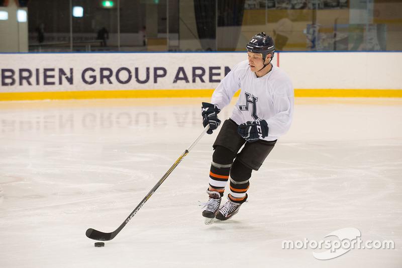 Valtteri Bottas, Mercedes AMG F1 spielt Eishockey