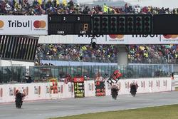 Danilo Petrucci, Pramac Racing, Marc Marquez, Repsol Honda Team, dans la ligne droite des stands