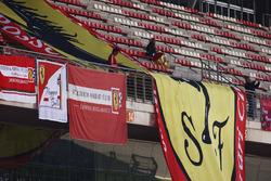 Des drapeaux et bannières à la gloire de Ferrari dans les tribunes