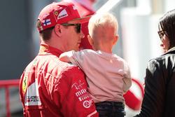 Гонщик Ferrari Кими Райкконен и его сын Робин