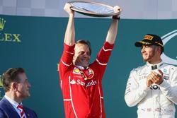 Podyum: Luigi Fraboni, Güç Ünitesi Şefi, Ferrari, markalar kupasını alıyor