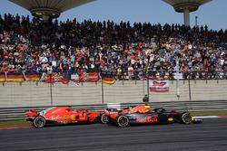 Max Verstappen, Red Bull Racing RB14 en Kimi Raikkonen, Ferrari SF71H duelleren