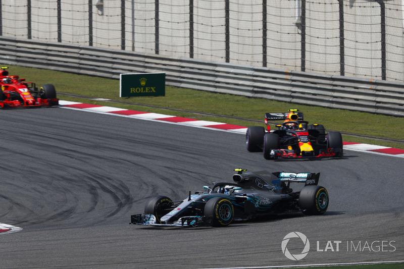 Valtteri Bottas, Mercedes AMG F1 W09, Max Verstappen, Red Bull Racing RB14 Tag Heuer y Kimi Raikkonen, Ferrari SF71H