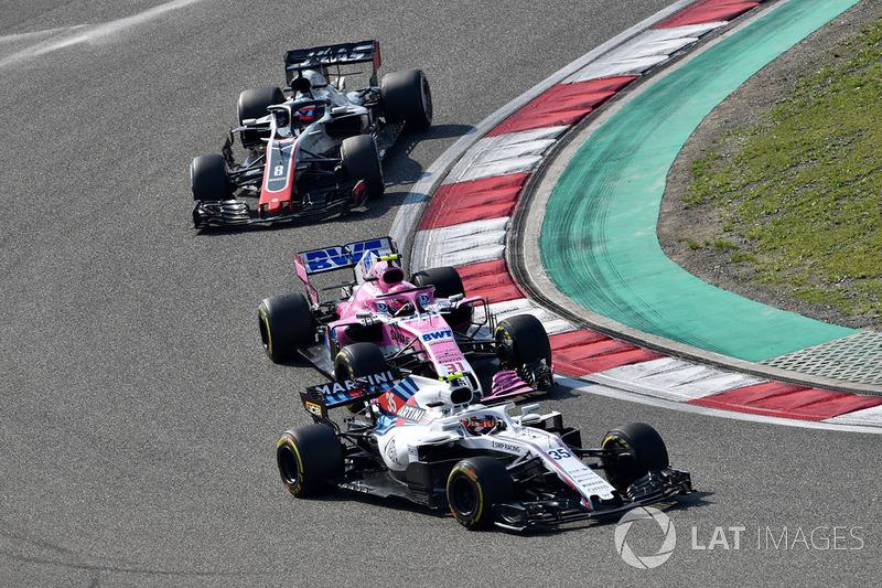 Sergey Sirotkin, Williams FW41, Esteban Ocon, Force India VJM11 y Romain Grosjean, Haas F1 Team VF-18