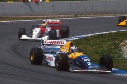 Alain Prost, Williams FW15C Renault, in prima posizione, seguito da Ayrton Senna, McLaren MP4/8 Ford