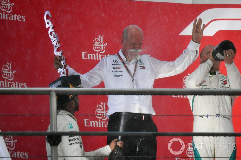 Lewis Hamilton, Mercedes-AMG F1 e il Dr. Dieter Zetsche, CEO Daimler AG, festeggiano sul podio