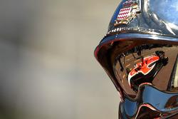 Jules Bianchi, Marussia MR03 reflejado en el casco del bombero