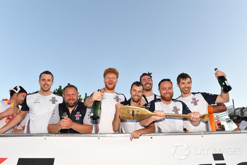 Williams celebra su victoria en la carrera de balsas