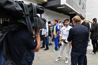 Fernando Alonso, McLaren talks with Paul di Resta, Sky TV and Simon Lazenby, Sky TV