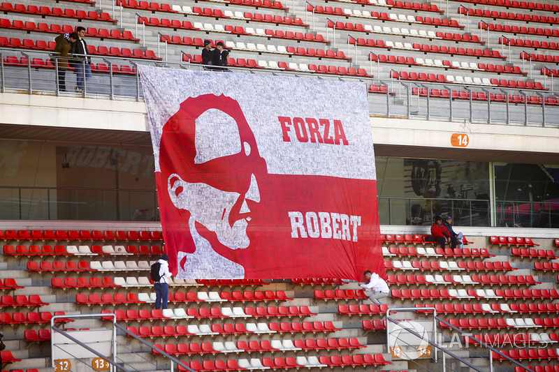 Fãs de Robert Kubica compareceram com uma grande bandeira.