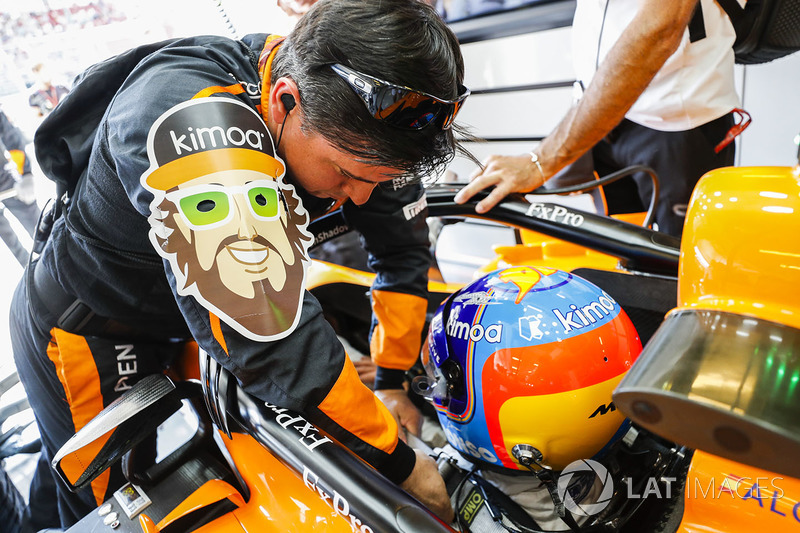 Инженер затягивает ремни Фернандо Алонсо, McLaren MCL33