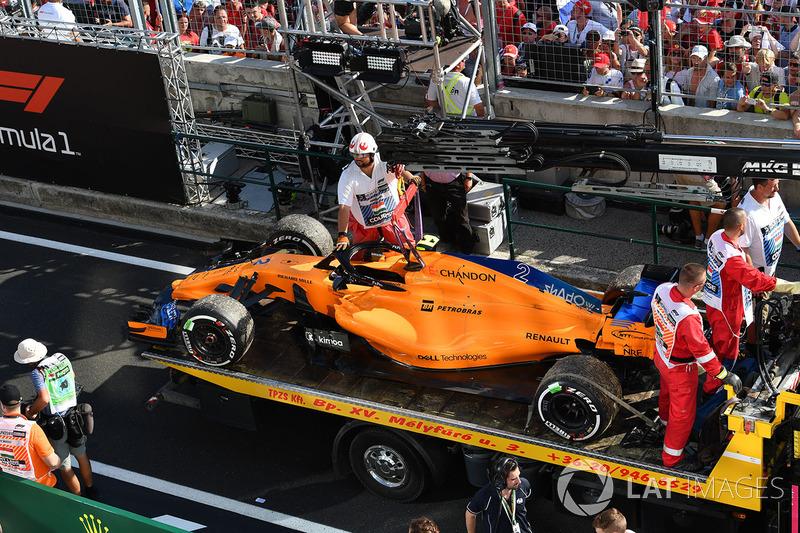 El coche de Stoffel Vandoorne, McLaren MCL33, devuelto al pitlane