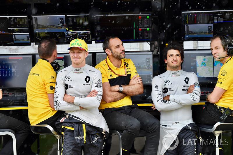 Nico Hulkenberg, Renault Sport F1 Team, Cyril Abiteboul, Managing Director Renault Sport F1 e Carlos Sainz Jr., Renault Sport F1 Team, al muretto box del Renault Sport F1 Team