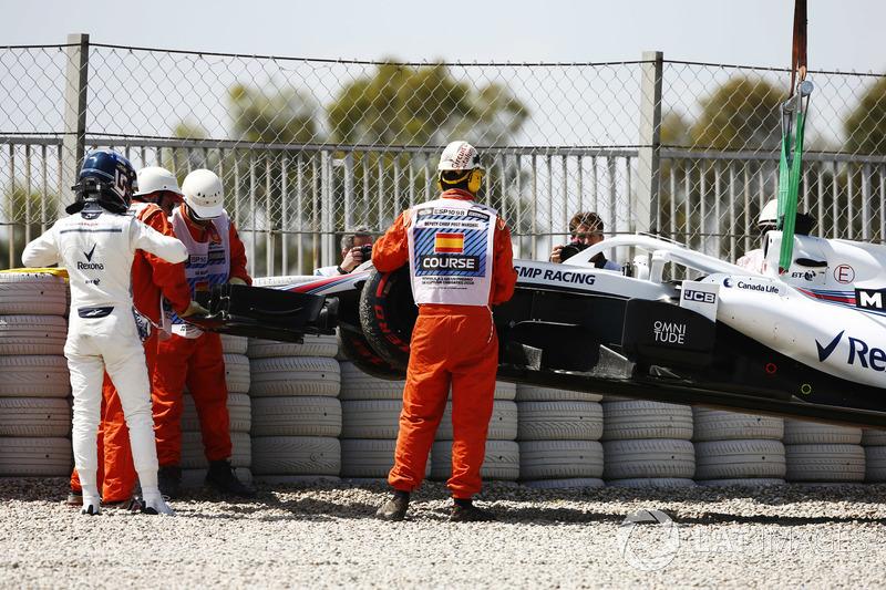 Lance Stroll, Williams Racing, studia la sua monoposto dopo essersi fermato nella ghiaia nelle FP1