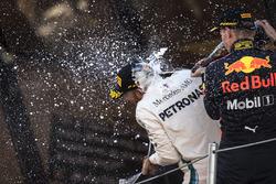 Lewis Hamilton, Mercedes-AMG F1 ve Max Verstappen, Red Bull Racing podyumda kutlama yapıyorlar,