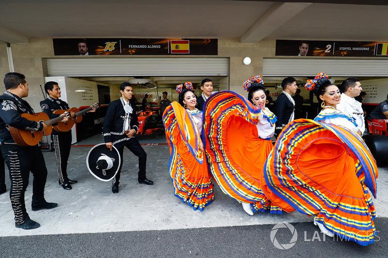 Bailarines y mariachis en el garaje de Fernando Alonso y Stoffel Vandoorne, McLaren