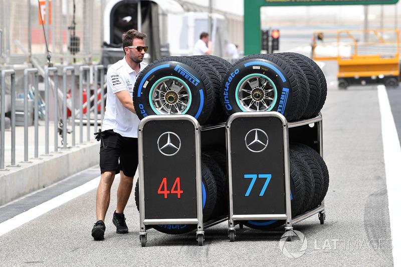 Mekanik Mercedes AMG F1 membawa ban Pirelli