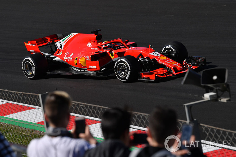 I fan guardano Sebastian Vettel, Ferrari SF71H
