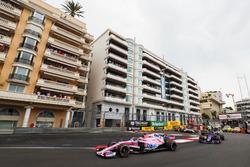 Sergio Perez, Force India VJM11, precede Pierre Gasly, Toro Rosso STR13, Nico Hulkenberg, Renault Sport F1 Team R.S. 18, Sergey Sirotkin, Williams FW41, e il resto del gruppo alla partenza