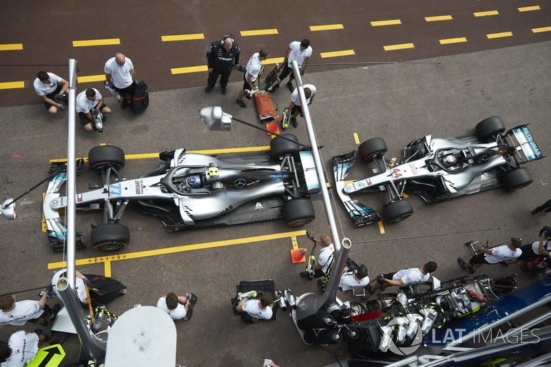 Valtteri Bottas, Mercedes AMG F1 W09, and Lewis Hamilton, Mercedes AMG F1 W09