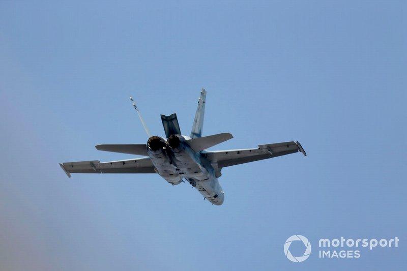 Un F/A-18A Hornet du 77e escadron de la RAAF divertit la foule