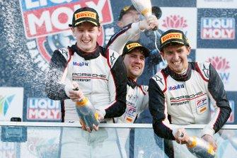 Podio: i vincitori della gara #912 EBM Porsche 911 GT3-R: Dirk Werner, Dennis Olsen, Matt Campbell festeggiano con lo champagne